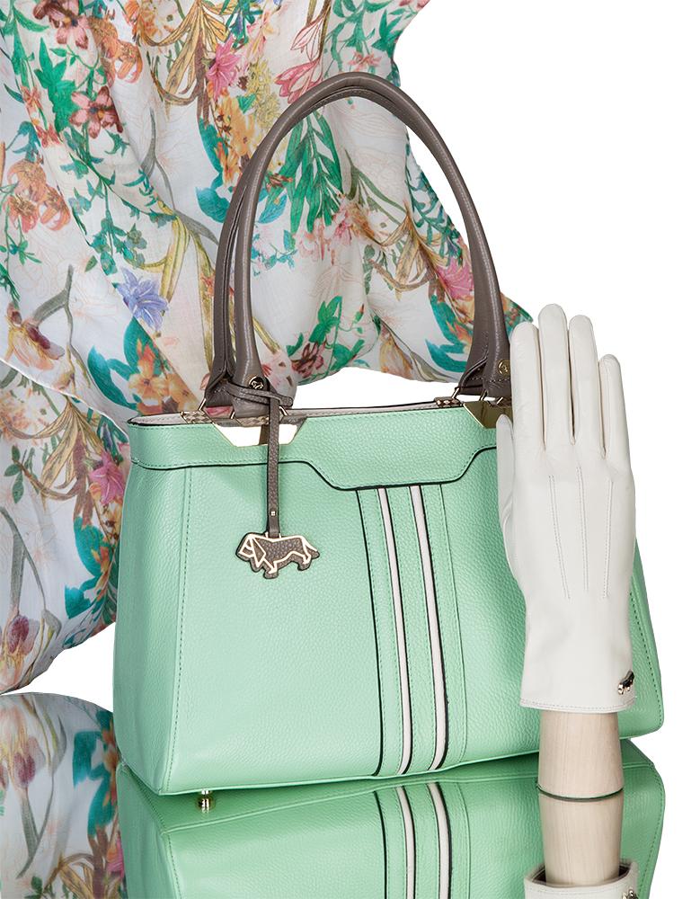 Ко всем сумкам можно легко найти достойные дополнения. Сумка и женские  кожаные перчатки всегда составляют классический дуэт. 357e396700b
