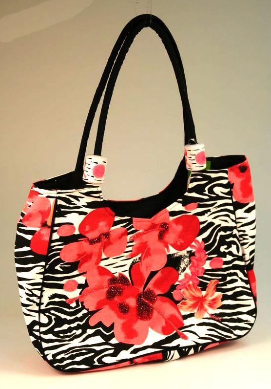 ...Пляжная сумка из текстиля.  На черно-белом фоне - красные цеты.