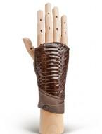 На лицевой стороне перчаток вставка из натуральной кожи с тиснением под...